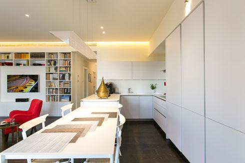 גופי התאורה מוסתרים במרווח בין התקרה לקירות, ומפזרים אור לא ישיר (צילום: שירן כרמל)