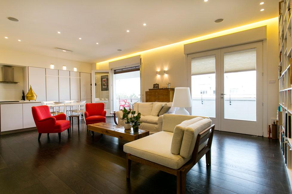 הסלון שעיצבה עירית מיינר-פרי. חלל מרווח ובו הסלון, המטבח ושולחן האוכל (צילום: שירן כרמל)