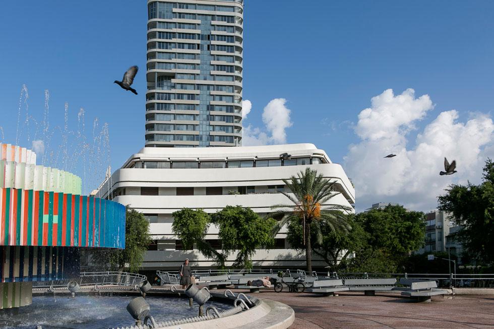לימים יתברר, כי העירייה אינה רשאית להיפרד מהמזרקה הזו לעולם, והיא נשארה גם במרכז הכיכר הנוכחית (צילום: שירן כרמל)
