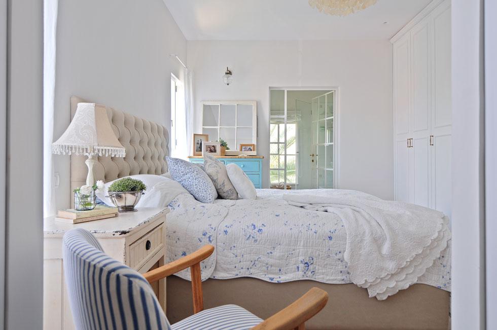 הצבעים בהירים, הריפוד רך, עם הרבה כפתורים בסגנון קפיטונאז' וכריות. בתמונה: חדר השינה בביתה של המעצבת ללי גולדשטיין (צילום: שי אדם)