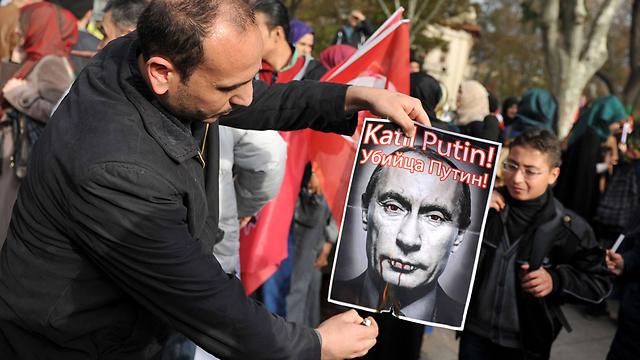 """""""פוטין רוצח"""". מפגינים נגד רוסיה באיסטנבול (צילום: AP) (צילום: AP)"""