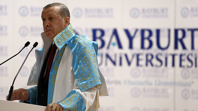 ארדואן בקבלת דוקטור לשם כבוד באוניברסיטה בטורקיה (צילום: AP) (צילום: AP)