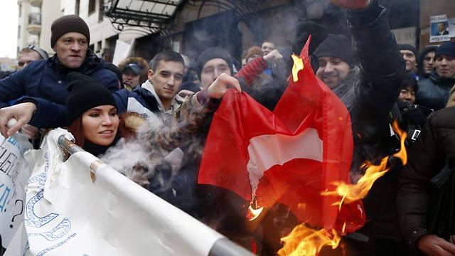 שורפים את דגל טורקיה במוסקבה (צילום: EPA) (צילום: EPA)