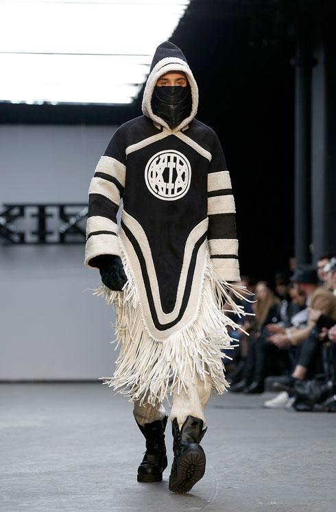 """""""בית האופנה בא והופך את הסיפור המסורתי שלנו לאובייקט מסחרי"""". תצוגה של KTZ (צילום: gettyimages)"""