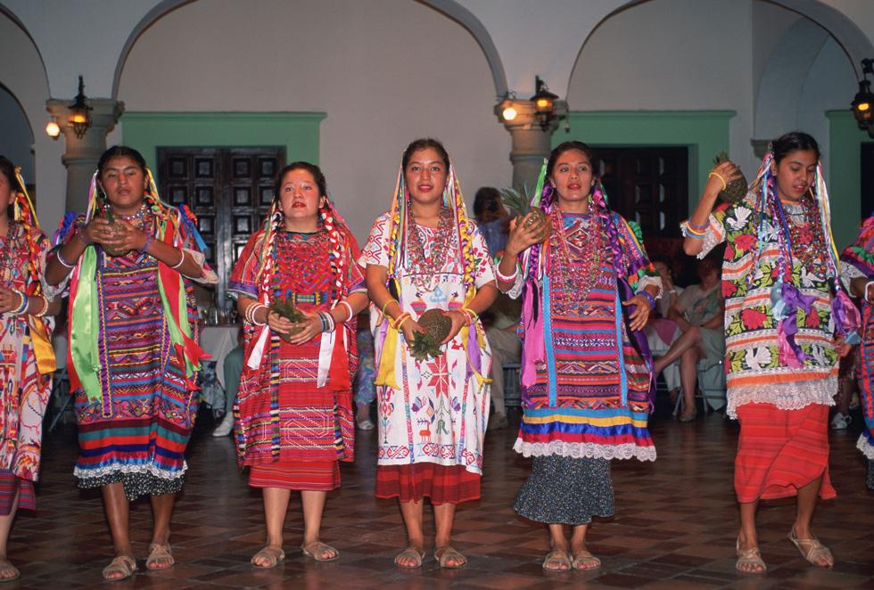 רקמה מסורתית בת מאות שנים. נשים במקסיקו (צילום: rex/asap creative)