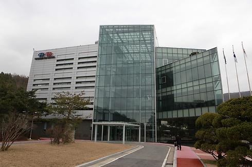 """מרכז המחקר ופיתוח של יונדאי-קיה בקוריאה. מכאן יוצאות המכוניות ה""""ירוקות"""" ()"""