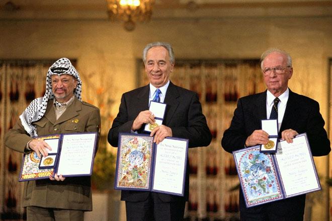 רבין (מימין), פרס וערפאת בטקס פרס נובל באוסלו, 1994. גם עמיחי היה שם (צילום: gettyimages)