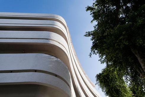 ג'ו גר בבניין הבאוהאוס מעל כיכר דיזנגוף (צילום: שירן כרמל)