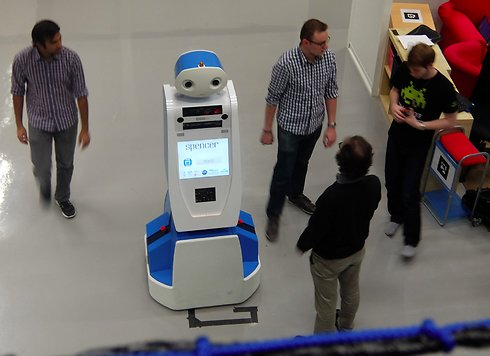הרובוט ספנסר שבשדה התעופה סכיפהול באמסטרדם