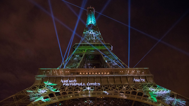 מגדל אייפל בירוק בזמן ועידת פריז (צילום: MCT) (צילום: MCT)