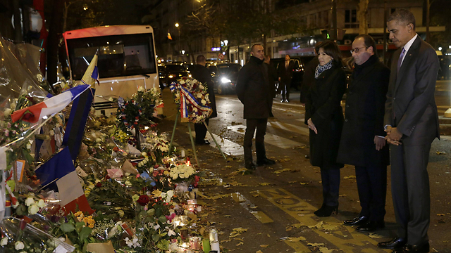 """אובמה והולנד באתר הזיכרון בפריז. צרפת עדיין """"בסיכון נמוך"""" (צילום: AFP) (צילום: AFP)"""