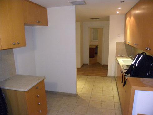 המטבח והמסדרון לפני השיפוץ, משופעים בפורניר בוק ובהנמכות גבס (באדיבות ורד בונפיליולי)