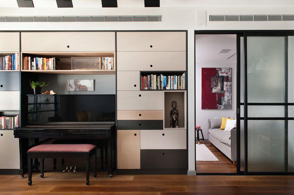 מכיוון שהטלוויזיה לא תופסת מקום מרכזי בחייהם של בני הבית, היא מוקמה בחלק הפרטי של הדירה, מחוץ לסלון (צילום: גלית דויטש)