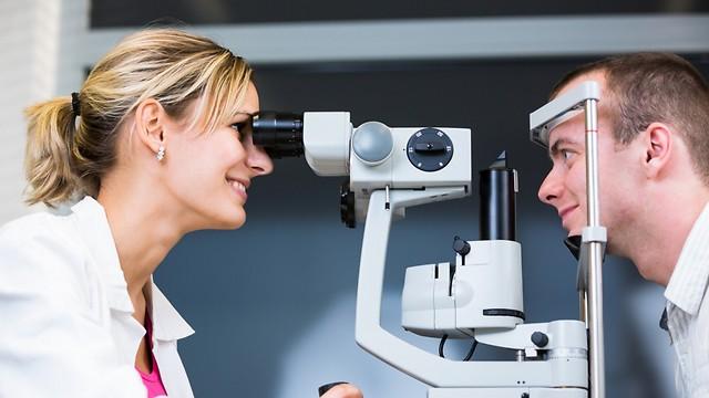 בדיקת ראייה כדי לאבחן את הבעיה (צילום: shutterstock)