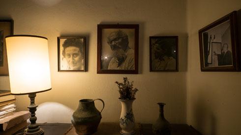 תמונתו של יצחק שדה (במרכז) על הקיר בבית (צילום: איתי סיקולסקי)