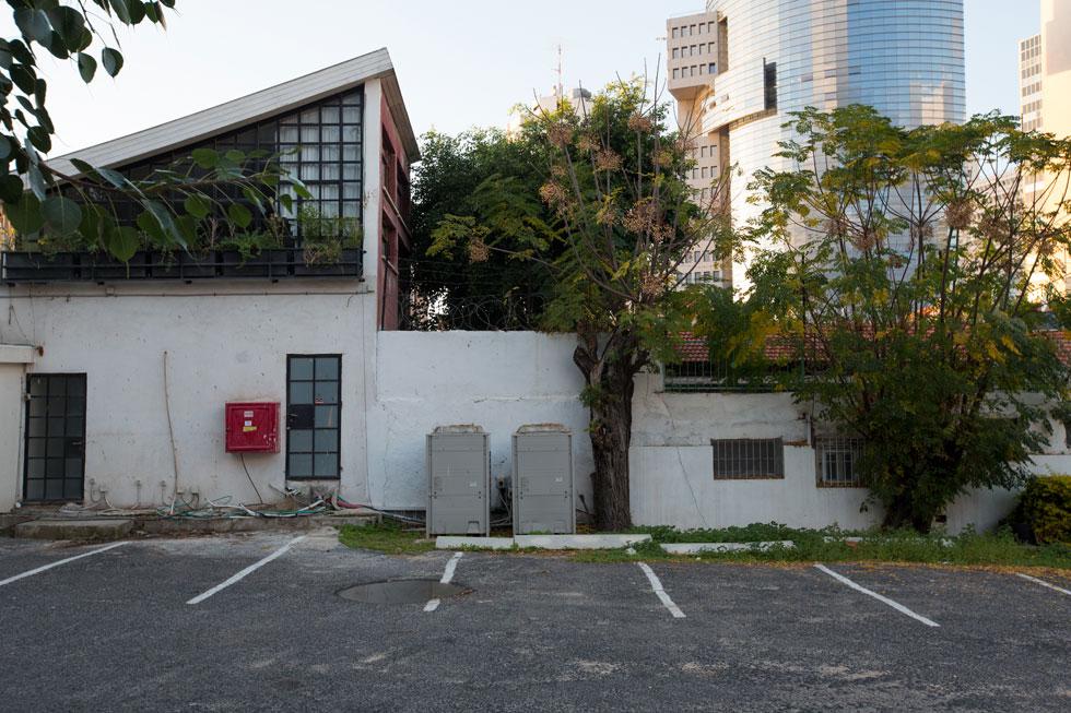 מגרש החניה שתוחם את המלון ממזרח, מול קפה סוזנה, גם הוא חלק מהמתחם שייבנה כאן (צילום: דור נבו )