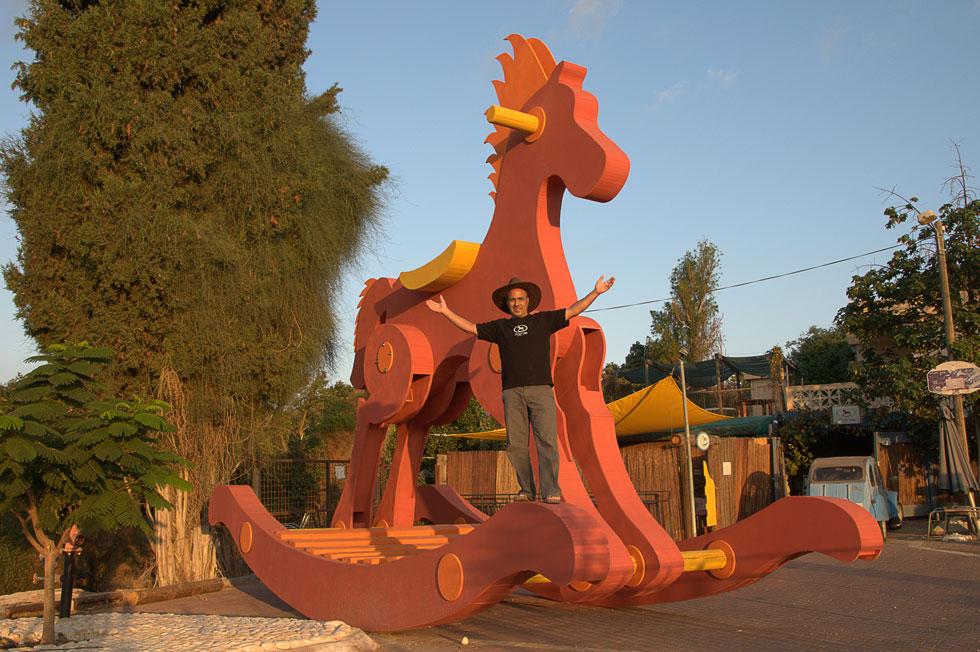 """עופר מור על הסוס. """"זה היה אדיר, תחושה עצומה של סיפוק. הסוס הזה שינה אותי"""" (צילום: ענבל קרן מור)"""