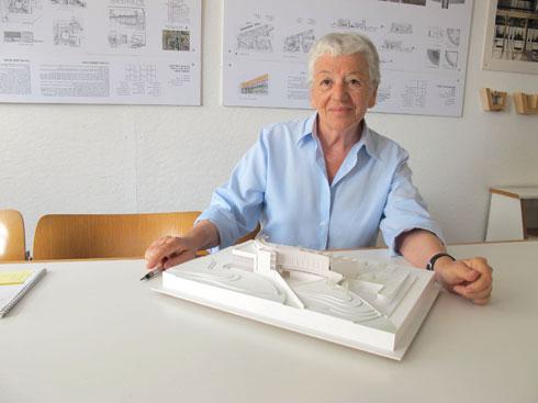 """עדה כרמי-מלמד עם מודל """"בית הליבה"""" שתכננה ברחבת הכותל המערבי (צילום: מיכאל יעקובסון)"""