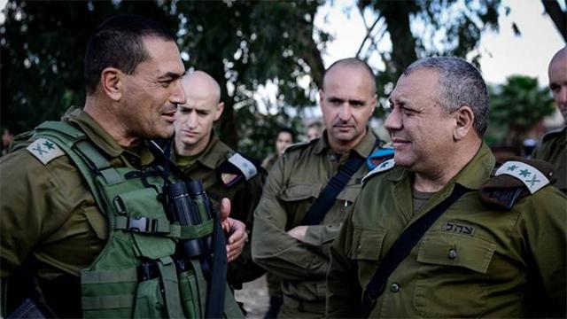 """הרמטכ""""ל איזנקוט עם מפקד פיקוד דרום, היום (צילום: דובר צה""""ל) (צילום: דובר צה"""