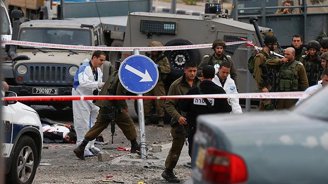 זירת הפיגוע סמוך למחסום חיזמה (צילום: EPA) (צילום: EPA)