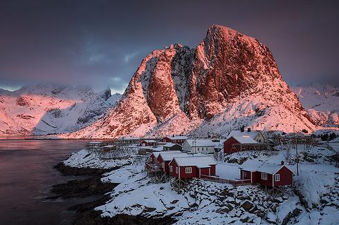 Festhaeltinden Mountain and fishermen's huts at sunrise, Lofoten Islands, Norway (Photo: Erez Marom)