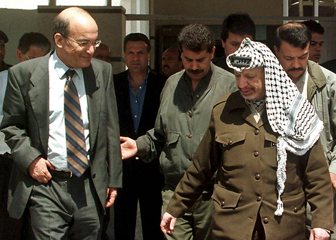 Yossi Sarid with Yasser Arafat in Gaza in 1998. (Photo: Reuters)