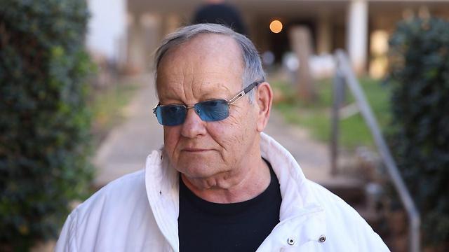 דן שילון מחוץ לבית המשפחה (צילום: מוטי קמחי) (צילום: מוטי קמחי)