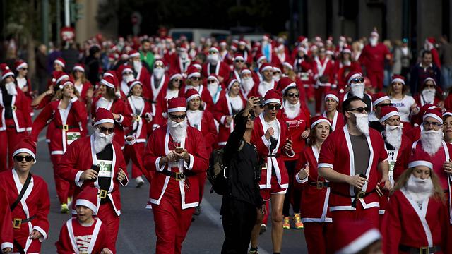 מרוץ סנטה קלאוס ביוון (צילום: AFP) (צילום: AFP)