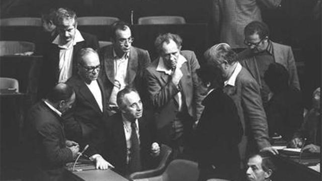 """1980: עם שמעון פרס בכנסת (צילום: חנניה הרמן, לע""""מ) (צילום: חנניה הרמן, לע"""
