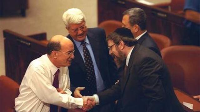 """1999: ממשלה באה. יוסי שריד לוחץ יד לח""""כ הרב מיכאל מלכיאור. ברקע דוד לוי ואהוד ברק (צילום: אבי אוחיון, לע""""מ) (צילום: אבי אוחיון, לע"""