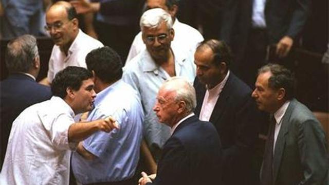 """אישור הסכם ישראל-אש""""ף, 1993 (צילום: אבי אוחיון, לע""""מ) (צילום: אבי אוחיון, לע"""