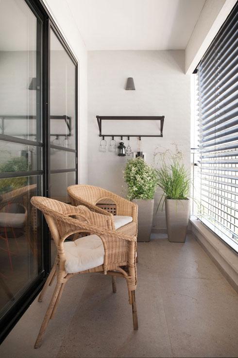 כשמגיעים אורחים רבים, פותחים את הוויטרינה ומספחים את המרפסת לסלון (צילום: גלית דויטש)