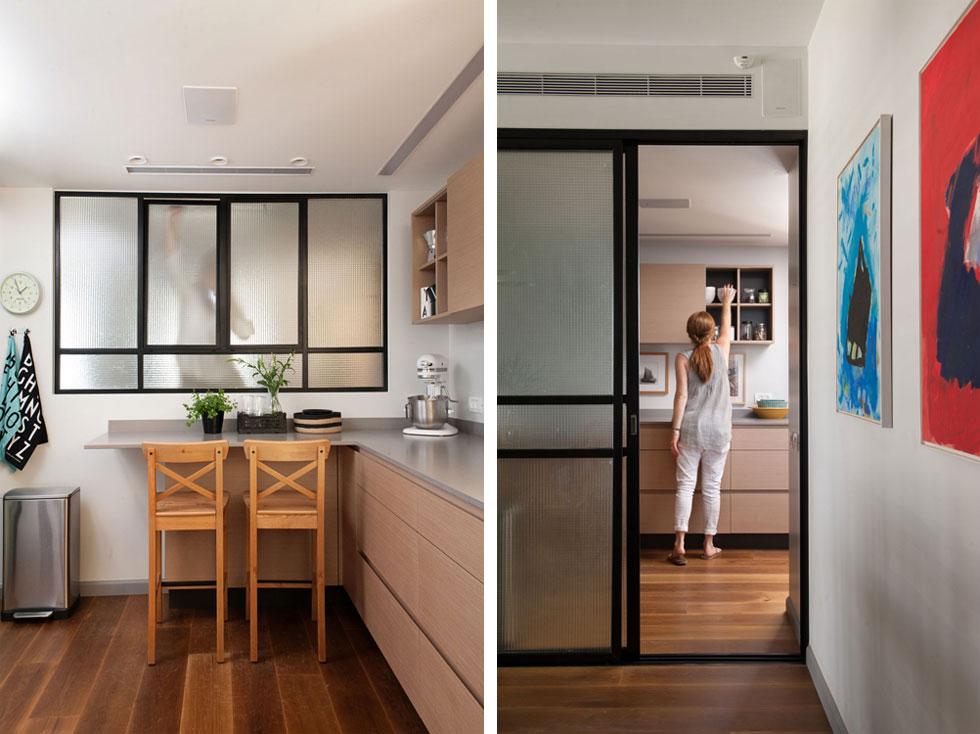 מימין: מבט מפינת האוכל אל המטבח, כשדלת ההזזה פתוחה. משמאל: הדלפק במטבח, שהחלון שמעליו פונה לפינת הטלוויזיה (צילום: גלית דויטש)