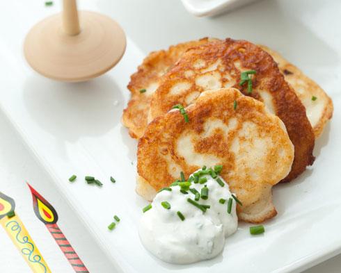 לביבות גבינה מלוחות (צילום: כפיר חרבי, סגנון: דריה קרגולה)