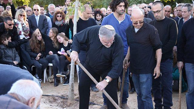 מנחם הורוביץ בהלוויה (צילום: מוטי קמחי) (צילום: מוטי קמחי)