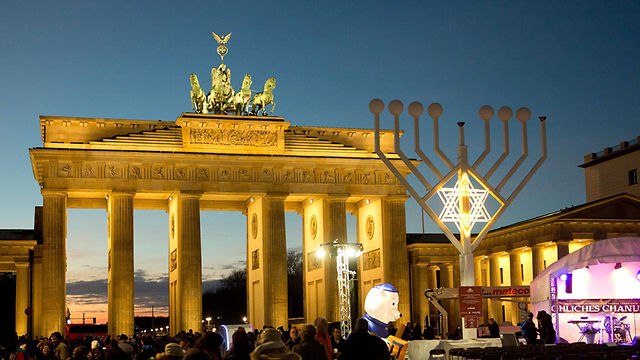 נר ראשון של חנוכה בברלין (צילום: EPA) (צילום: EPA)