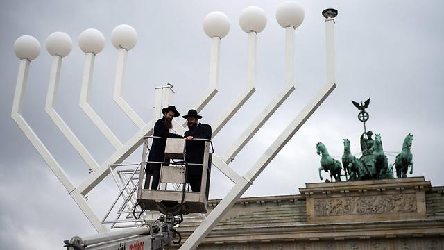 מתקינים את החנוכייה בשער ברנדנבורג (צילום: EPA) (צילום: EPA)