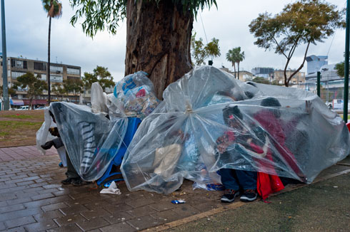 """פליטים בגשם, גינת לוינסקי. """"למעלה מ-1,000 שיתופים ביממה"""" (צילום: גבי בן אברהם)"""