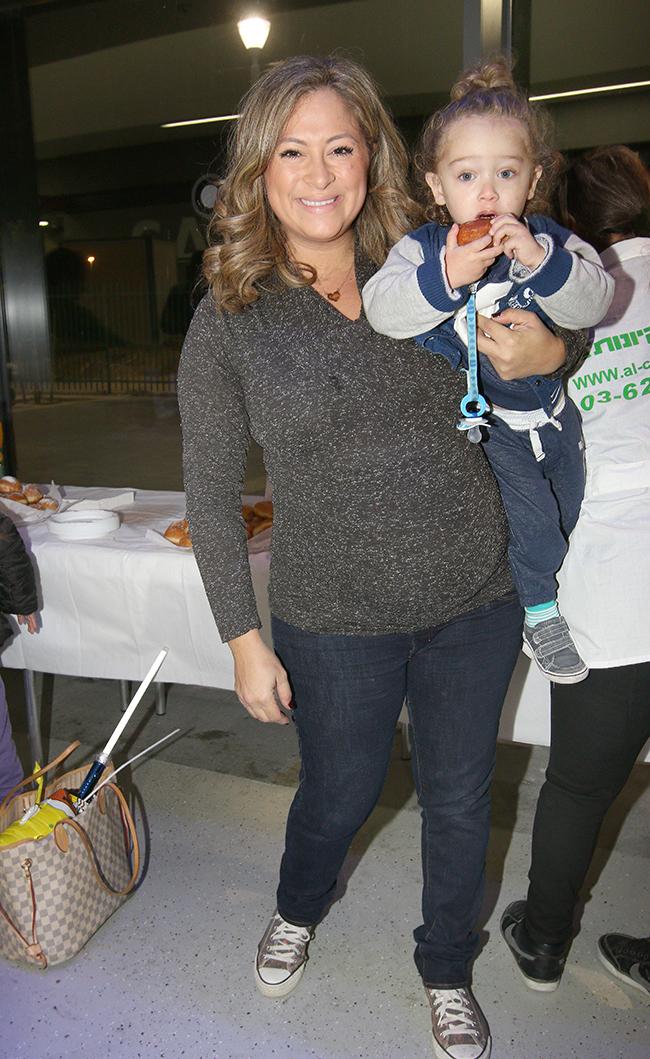 עם הילד הבכור. משפחה ישראלית למופת (צילום: ענת מוסברג)