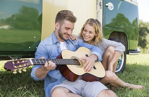 תניח את הגיטרה ובוא נדבר על כך שאינני יוצאת עם שחקנים (צילום: Shutterstock) (צילום: Shutterstock)