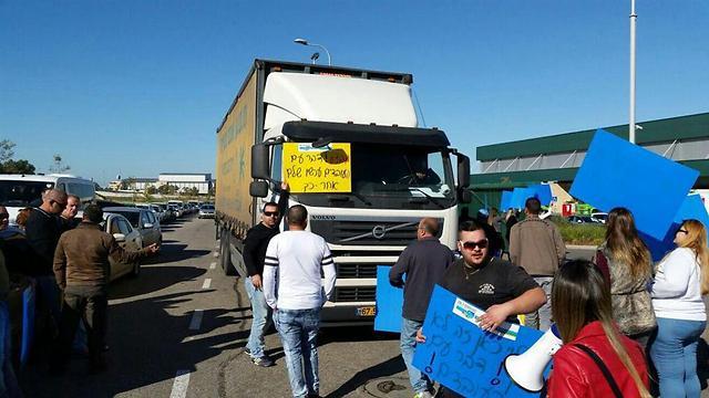 הפגנת העובדים בצומת קסטינה (צילום: ועד העובדים) (צילום: ועד העובדים)