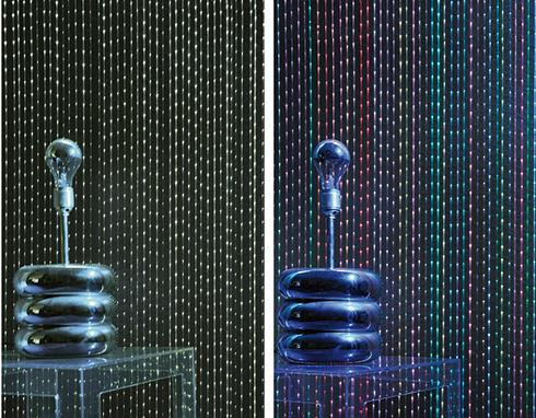 הקיר המאיר של גולדשטיין גלרי טפט. סיבי LED שהושתלו בחיפויים מציגים תאורה שיכולה להשתנות לפי בחירה ()