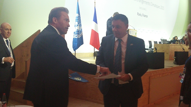 השר גבאי עם ארנולד שוורצנגר (צילום: המשרד להגנת הסביבה) (צילום: המשרד להגנת הסביבה)
