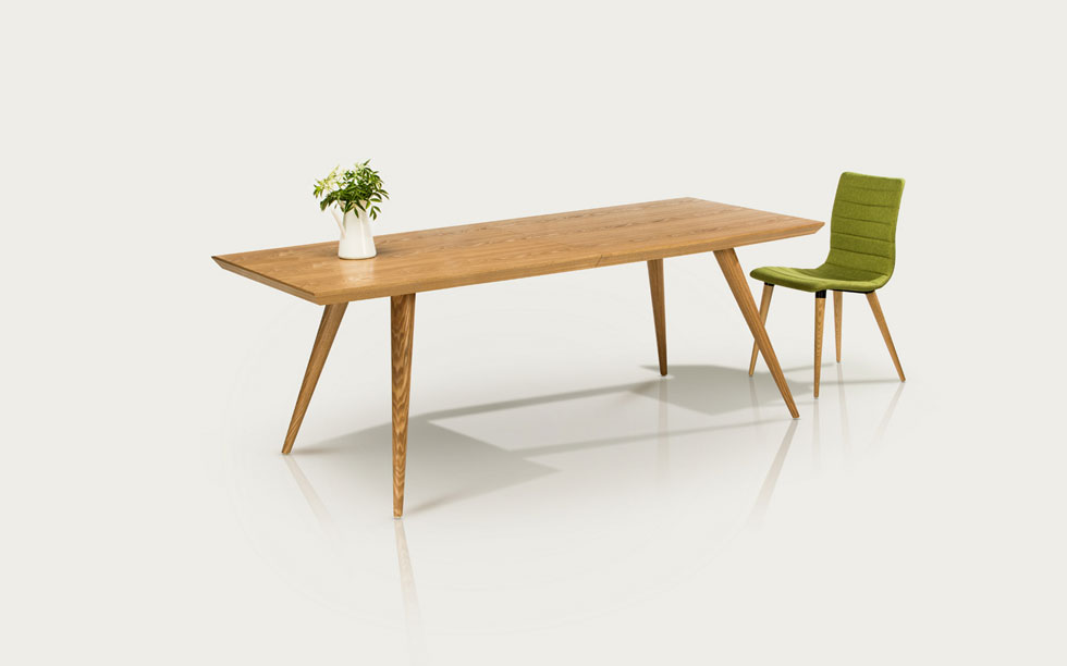 שולחן אוכל מעץ מלא וארבעה כיסאות מרופדים של ''סימפליווד'' נמכרים כעת ב-5,900 במקום 9,350 שקל (באדיבות הום דיזיין סימפליווד)