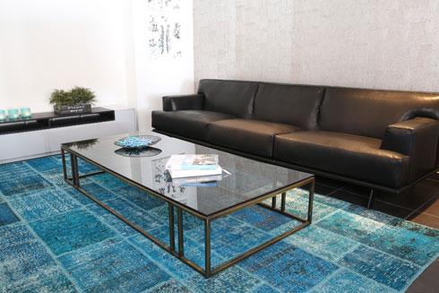 השטיח התכול הפופולרי נמכר ב''צמר שטיחים'' ב-3,150 במקום 5,900 שקל (צילום: משק 8, באדיבות צמר שטיחים)