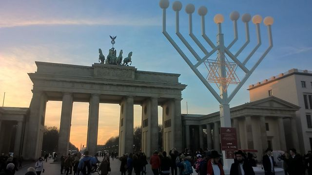 A Menorah is set up in front of Berlin's Brandenburg Gate (Photo: Alon Goichman)