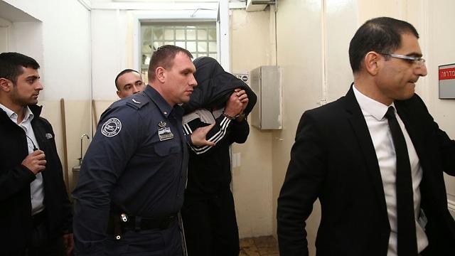 """אחד החשודים ופרקליטו דוד ברהום, הבוקר בביהמ""""ש (צילום: אוהד צוינגנברג) (צילום: אוהד צוינגנברג)"""