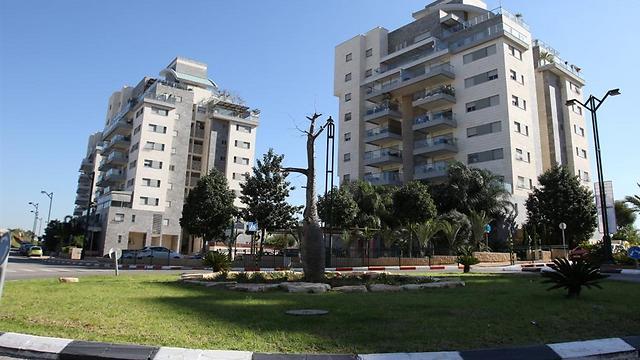 המס על דירה שלישית עבר משוכה חשובה. בצילום: בניינים בבאר יעקב (צילום: אבי מועלם)