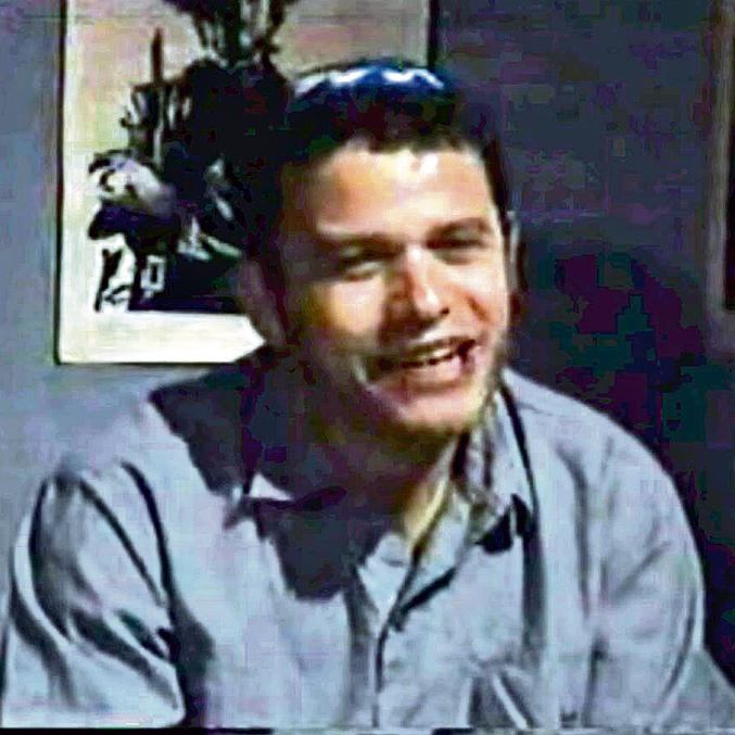 """כיגאל עמיר, במערכון המפורסם של """"החמישייה הקאמרית"""". """"הטקסט היה כבד ומצמרר מדי, זה נתקע לי בגרון. אבל זאת הייתה שליחות"""""""
