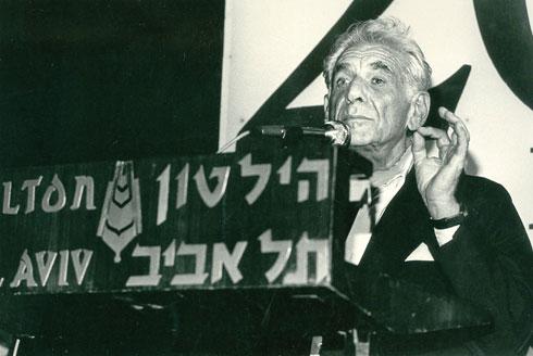 המנצח לאונרד ברנשטיין במלון, שנותן חסות לתזמורת הפילהרמונית ובמיוחד לזובין מהטה. הסוויטה הקבועה שלו נהרסה לטובת הטרקלין (באדיבות ארכיון הילטון)